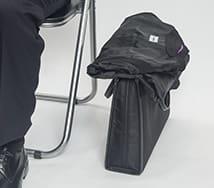 鞄は床に置くのがマナー